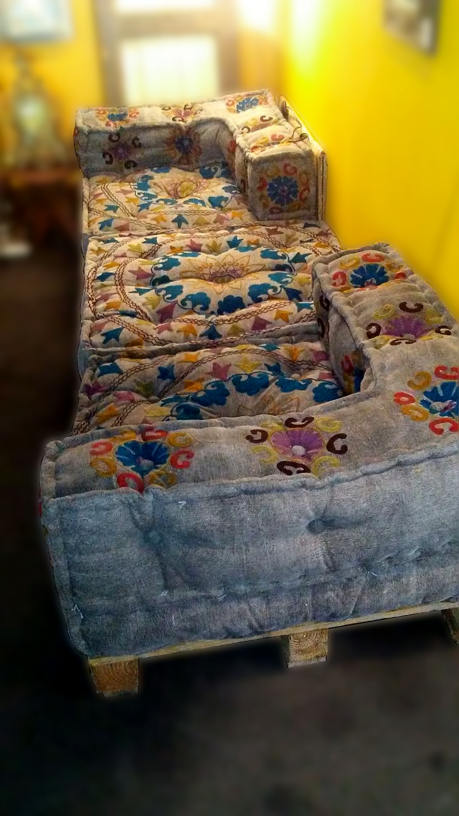 Sofa bordado sobre palets